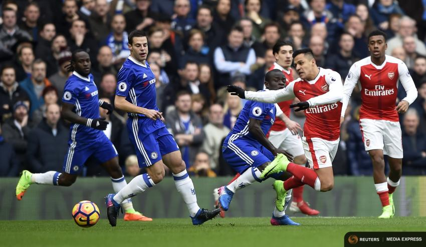 Arsenal's Alexis Sanchez in action with Chelsea's N'Golo Kante and Cesar Azpilicueta