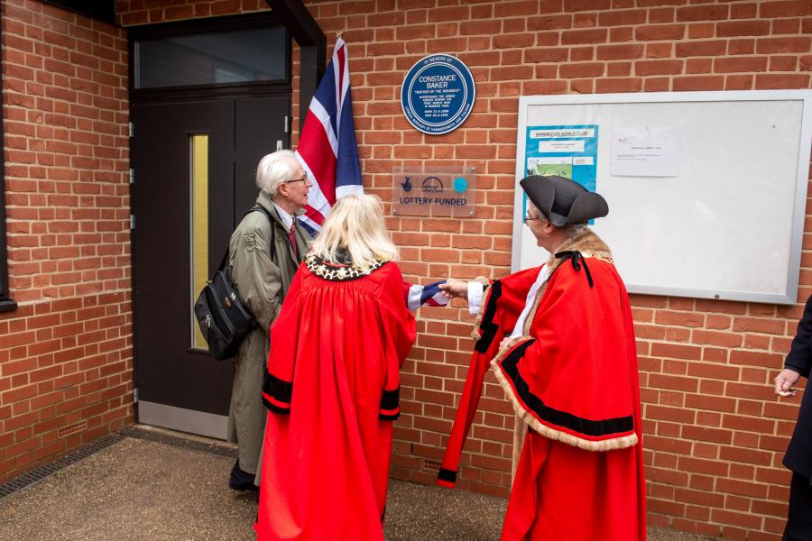 The moment the plaque was unveiled in Bishops Park